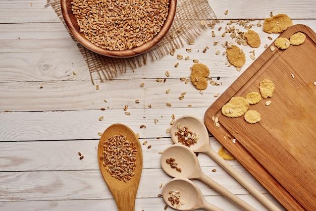 Itens de cozinha de madeira, ingredientes naturais, fundo de madeira