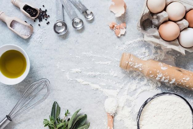 Itens de cozinha e ingredientes para bolo de cozimento