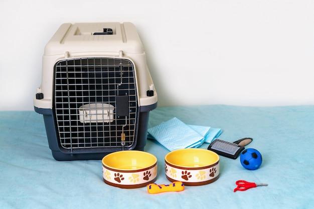 Itens de cuidados do cão no sofá azul.