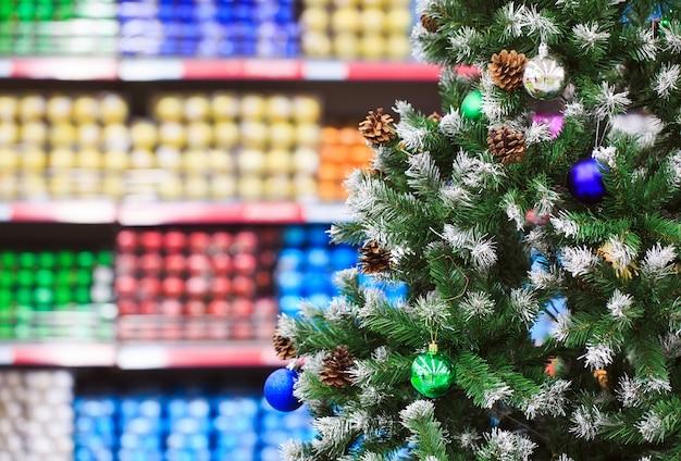 Itens de decoração para o natal e ação de graças em diferentes desenhos e cores são exibidos