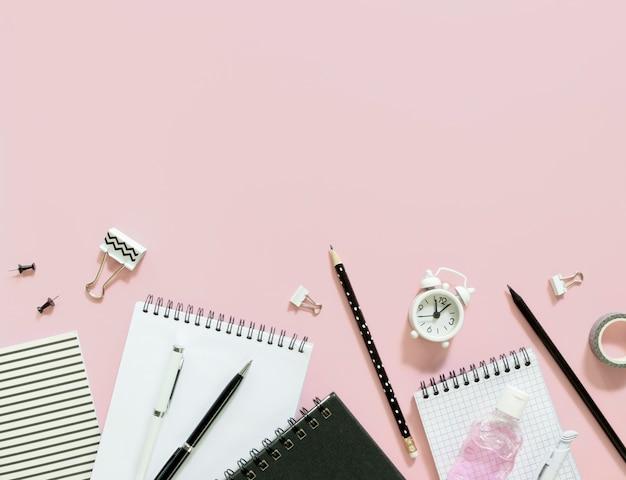 Itens de escola com fundo rosa