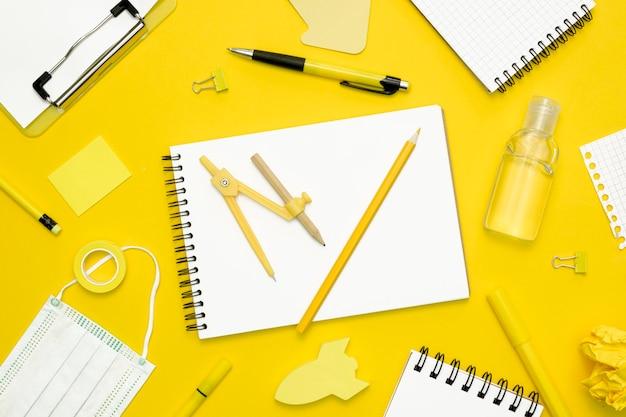 Itens de escola em fundo amarelo