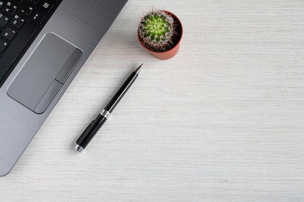 Itens de escritório em cima da mesa