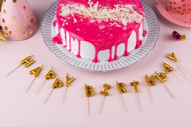 Itens de festa de aniversário e bolo de alto ângulo