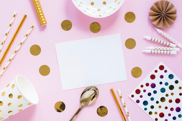 Itens de festa na vista superior de fundo rosa