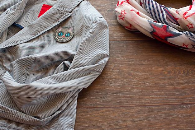 Itens de guarda-roupa feminino em fundo de madeira