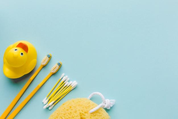 Itens de higiene pessoal amarelos copiam o espaço
