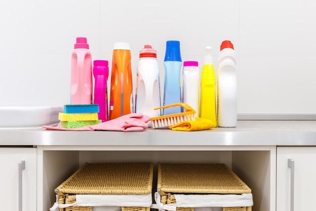 Itens de limpeza em cima da mesa na lavanderia