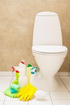 Itens de limpeza luvas escova vaso sanitário branco banheiro