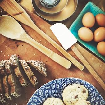Itens de padaria na mesa de madeira