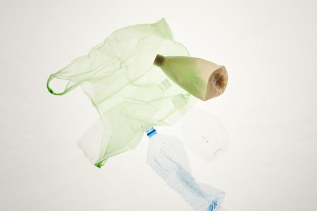 Itens de plástico descartados colocados