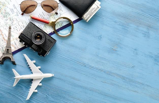 Itens de recreação: câmera, óculos de sol, dinheiro na carteira, mapa e itinerário de viagem.