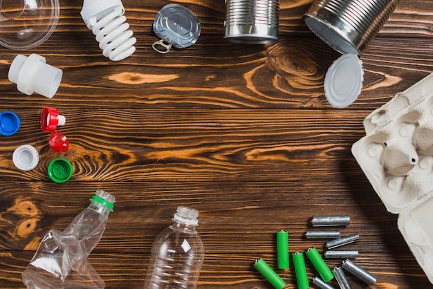 Itens de resíduos no fundo texturizado de madeira marrom com espaço para texto