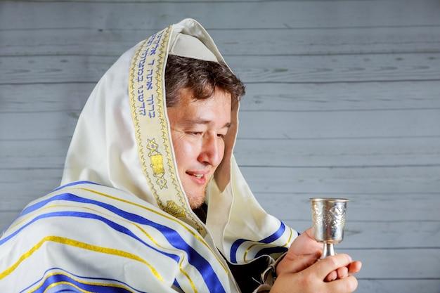 Itens de serviço judaico para a cerimônia do kiddush de sábado