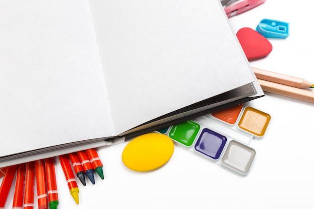 Itens de suprimentos para educação escolar