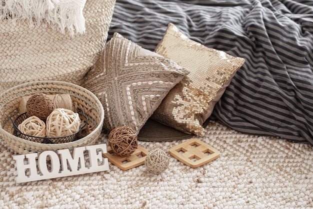 Itens de uma casa aconchegante com travesseiros e uma casa com sinal de madeira