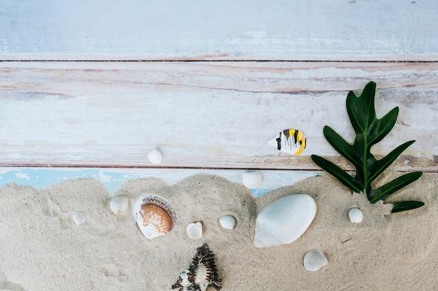 Itens de verão, acessório na temporada de férias na parede de cor.