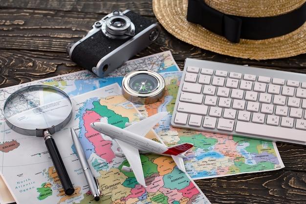 Itens de viagem e acessórios em cima da mesa.