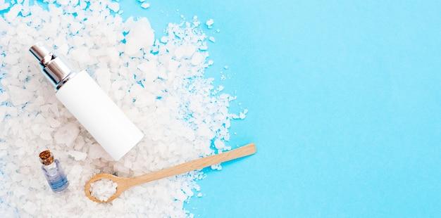 Itens e conceito minimalista de spa de sal de banho