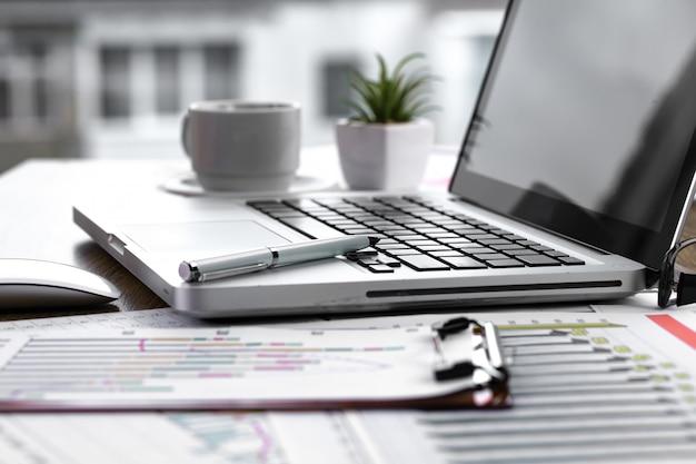 Itens para fazer negócios no escritório em cima da mesa