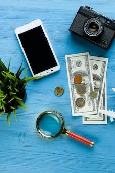 Itens para recreação de verão e hobbies: câmera, dinheiro, telefone celular.