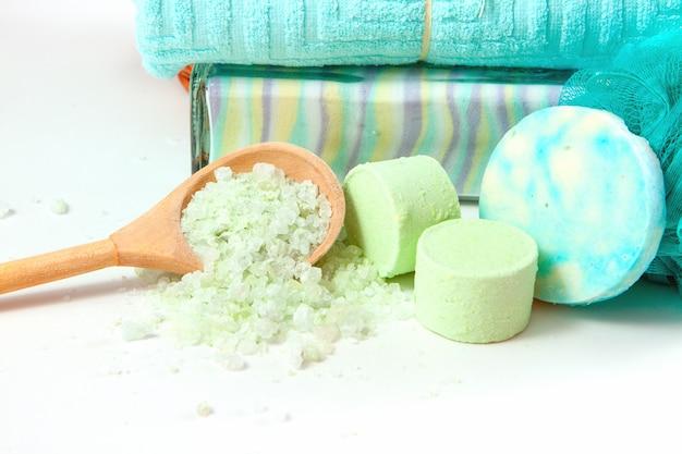 Itens para tomar um banho relaxante com sal marinho