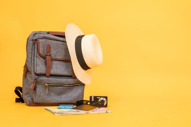 Itens relacionados a viagens incluem bolsas vintage, chapéus, câmeras, mapas, óculos de sol, passaportes, smartphones.