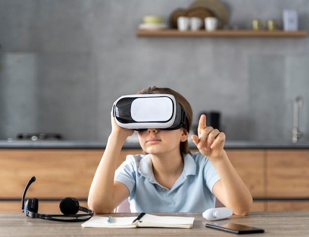 Ittle girl com fone de ouvido de realidade virtual