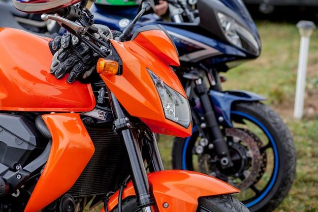 Ivano-frankivsk, ucrânia, 26 de agosto de 2019: closeup motos estacionadas no estacionamento de motocicletas