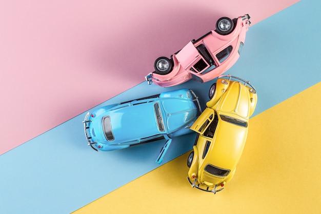 Izhevsk, rússia, 15 de fevereiro de 2020. carros de brinquedo em acidente em um fundo colorido pastel.