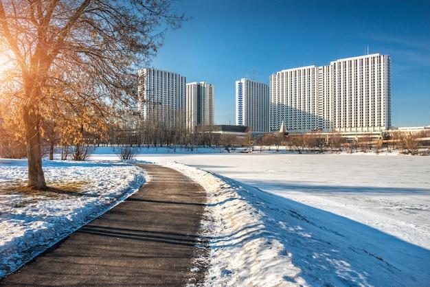 Izmailovo hotel em moscou em um dia ensolarado de inverno