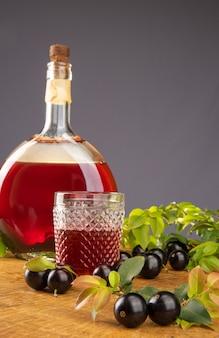 Jabuticaba, garrafa e copo de caseiro
