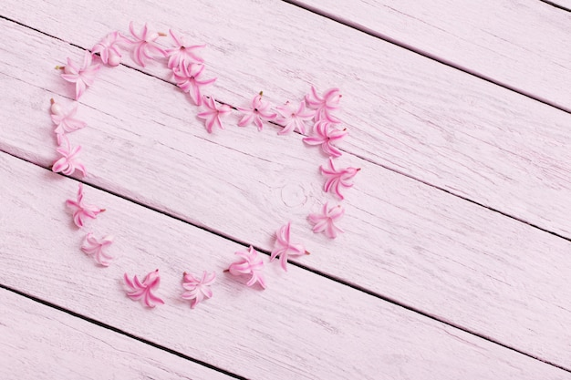 Jacintos de flores cor de rosa na mesa de madeira