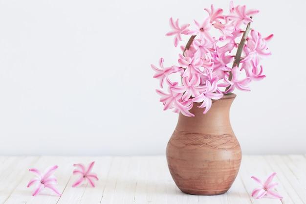 Jacintos em vaso em pranchas de madeira brancas