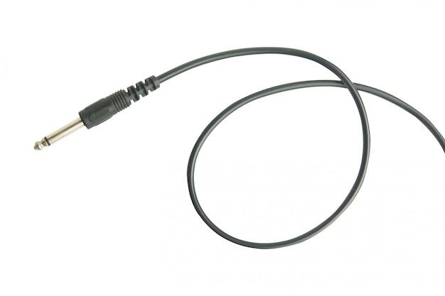 Jack de áudio da guitarra com cabo preto isolado no branco com traçado de recorte
