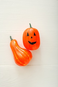 Jack-o'-lantern e abóbora em fundo branco. convite para festa de halloween feliz, celebração. conceito de decorações de halloween. camada plana, vista superior, espaço de cópia.