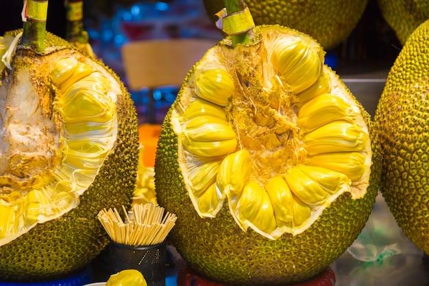 Jackfruit cortado grande que mostra a parte interna