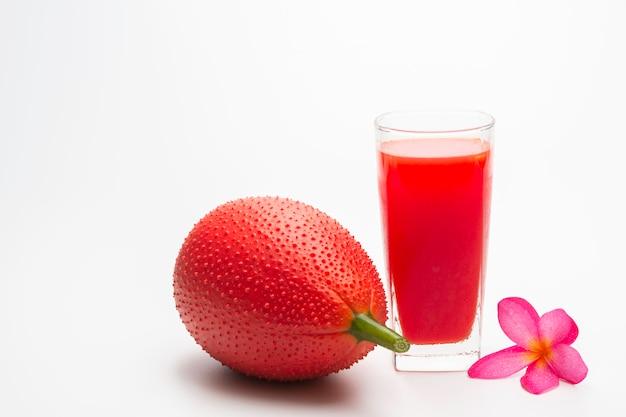 Jackfruit do bebê, fruto de gac com o suco do jackfruit do bebê isolado no fundo branco. bebida e saudável