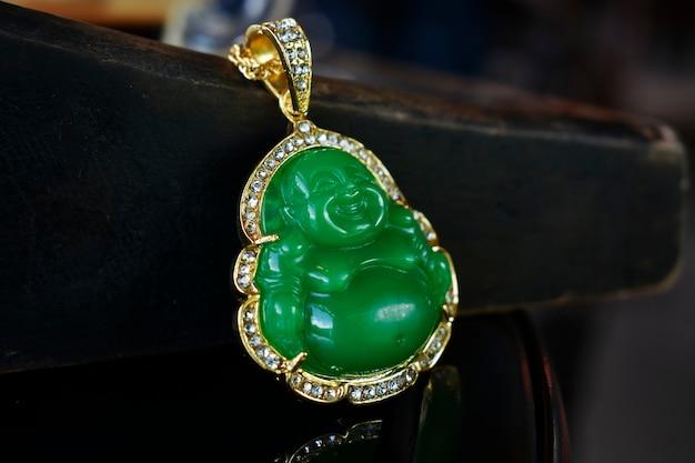 Jade é um colar de pingente de ouro