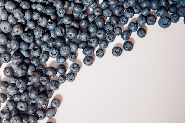 Jagodami wyizolowanych na bia? ym tle. projekt granicy borówki. dojrzałe i soczyste świeżo pobrane jagody bliska. copyspace. widok z góry lub płaski. smaczne jagodami wyizolowanych na białym tle. jagodami są antyoksydanty organiczne superfood.