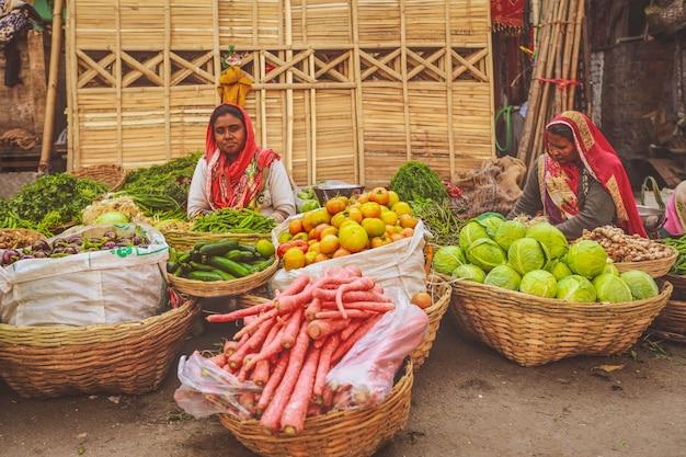 Jaisalmer, índia - 19 de janeiro de 2020: foco seletivo em tomates, mercado de vegetais nas ruas de jaisalmer.