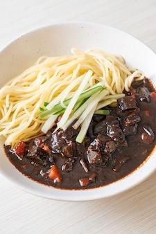 Jajangmyeon ou jjajangmyeon é macarrão coreano com molho preto, estilo comida coreana