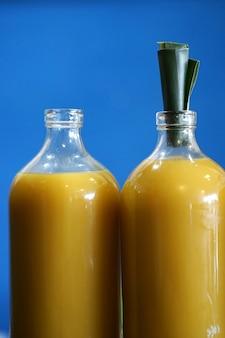 Jamu ou remédio orgânico tradicional de ervas com tampas de garrafa de folhas de bananeira