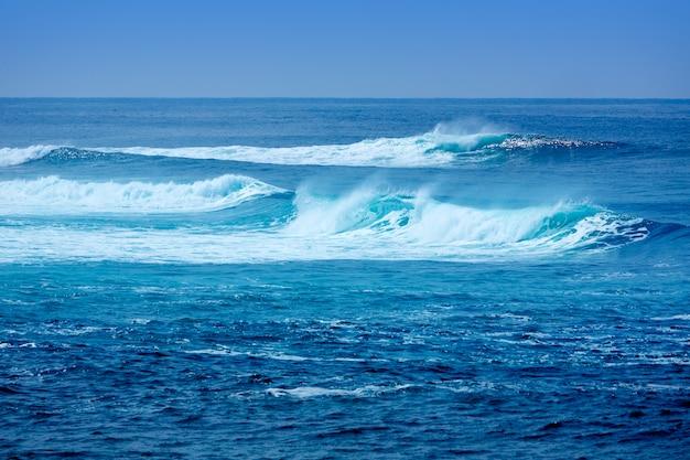 Jandia surfando ondas de praia em fuerteventura