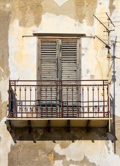 Janela antiga com varanda em prédio antigo