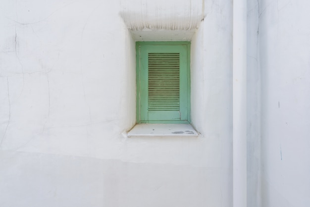 Janela azul na parede branca mediterrânea de maiorca