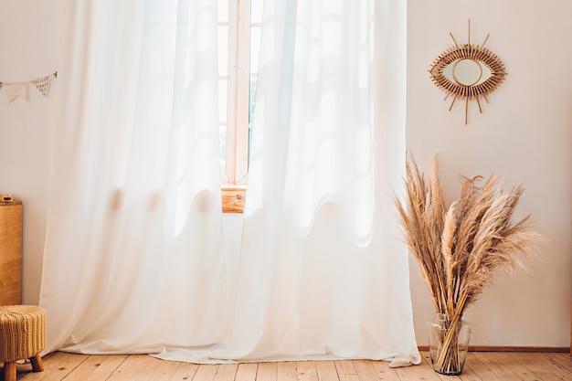 Janela com cortinas brancas e plantas