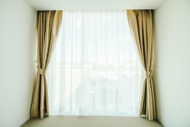 Janela com decoração de cortina