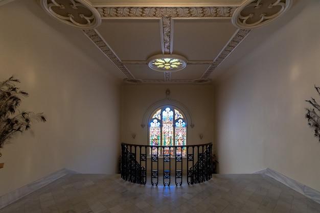 Janela da igreja em frente as escadas