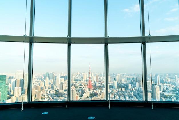Janela de construção com o fundo da torre de tóquio